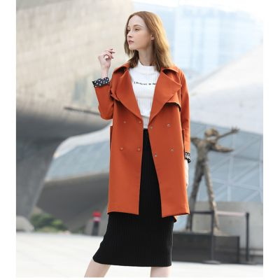 Trench coat for women with double-breasted closure