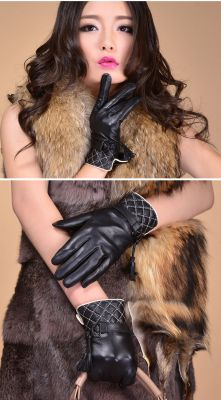 Winter Gloves Leather woman with diamond stitching and strap closure